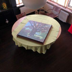 Baklijst en schilderij klaargelegd op een tafel