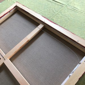 Ophangkabel is vastgezet aan de achterzijde van de baklijst